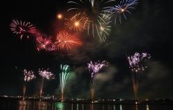Eine Ferienanlage am Gardasee und Feuerwerke am Ende des Sommers